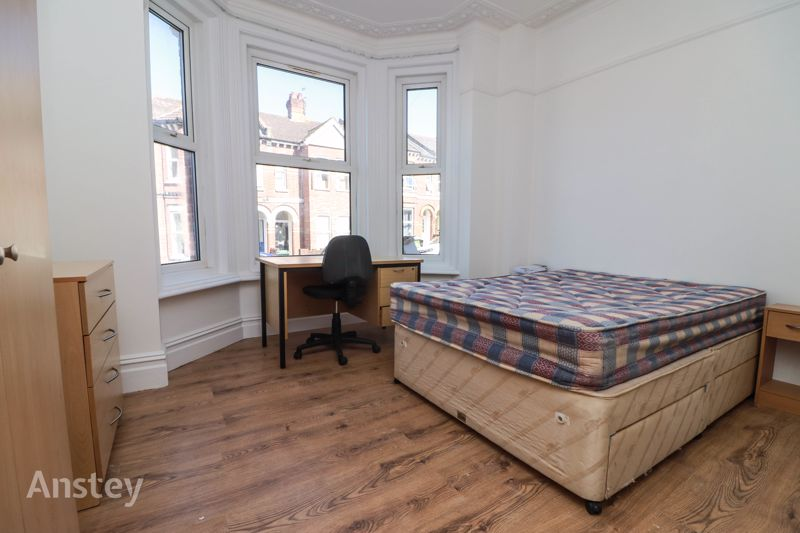 Four Bedroom – Three Bathroom – Student Apartment – Available July 2021
