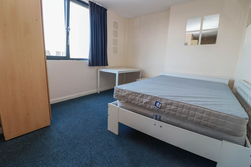 Spacious Studio Apartment – Central Location – Top Floor – Students Welcome