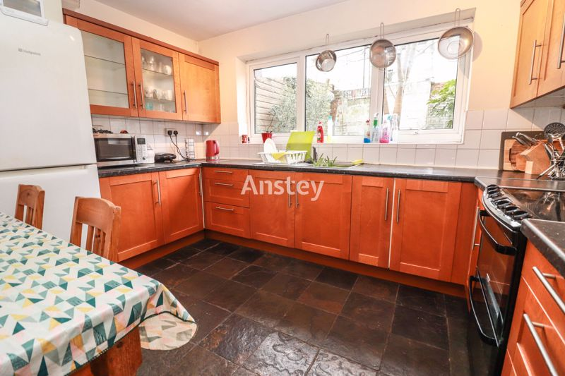 Six Double Bedrooms – Two Bathrooms – Close to Solent Uni